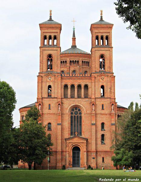 La iglesia de St-Thomas-Kirche, de ladrillo rojo, se alza junto al antiguo hospital.